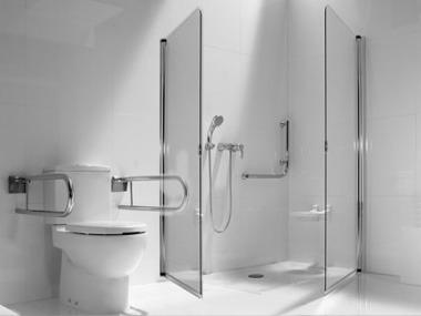 baño para personas movilidad reducida en tonos claros