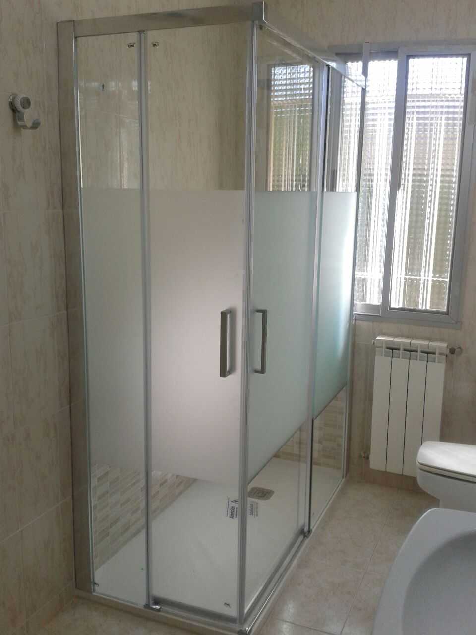 Cambio de ba era por ducha con mampara contra ventana - Modelos de mamparas de ducha ...