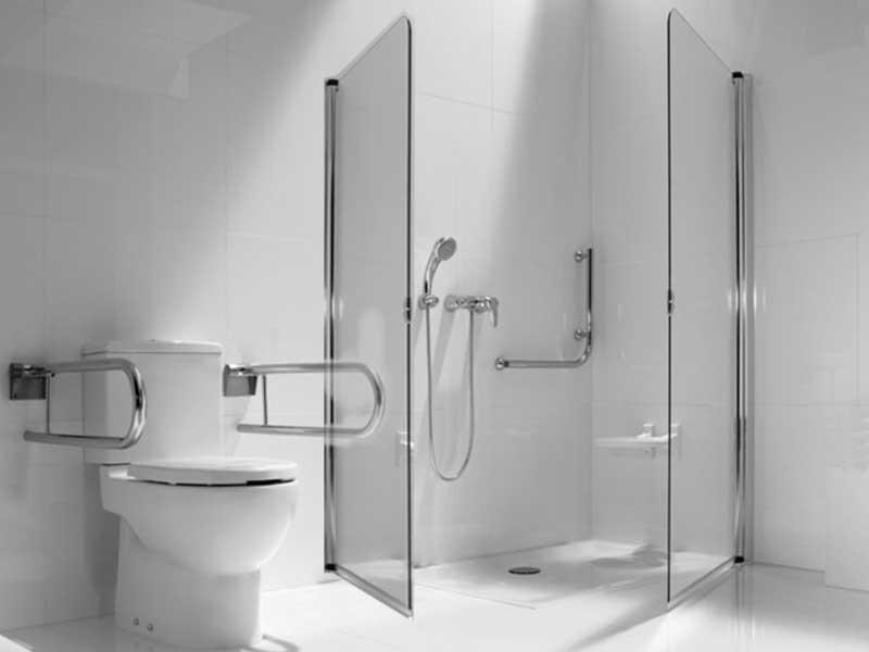 baño accesible con plato de ducha