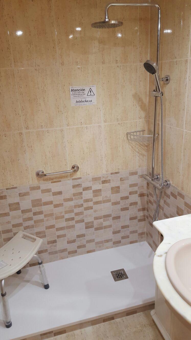 cambiar bañera por ducha con azulejo de mármol travertino