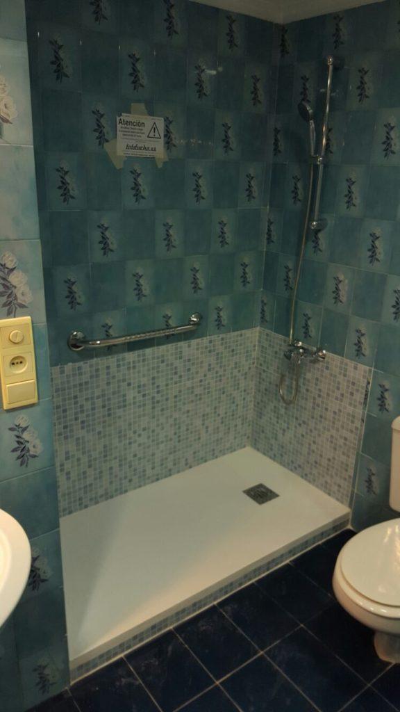 Cambio de bañera por plato de ducha con revestimiento azul