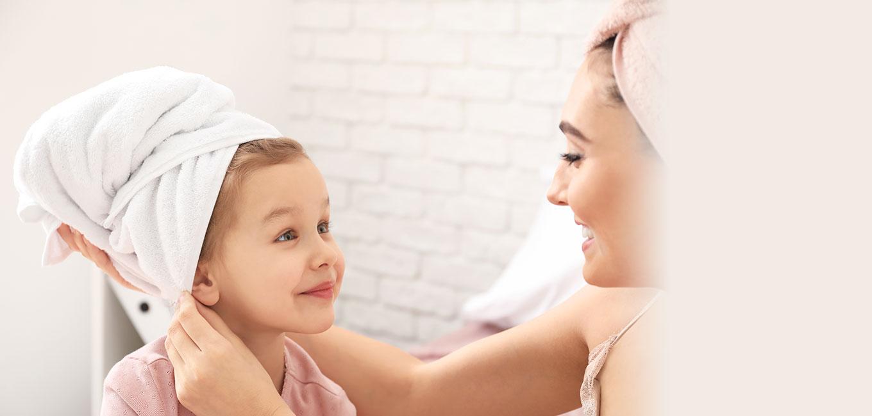 mamá con hija después de la ducha